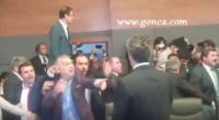 Milletvekilleri yumruk yumruğa kavga etti